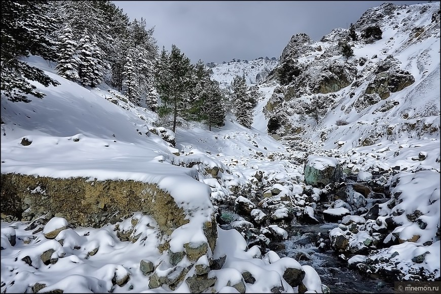 Заснеженные скалы и ручей