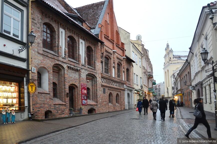 Пилес (Pilies)-одна из древнейших улиц, если не самая древняя, в Старом городе Вильнюса; в советское время носила имя Максима Горького.