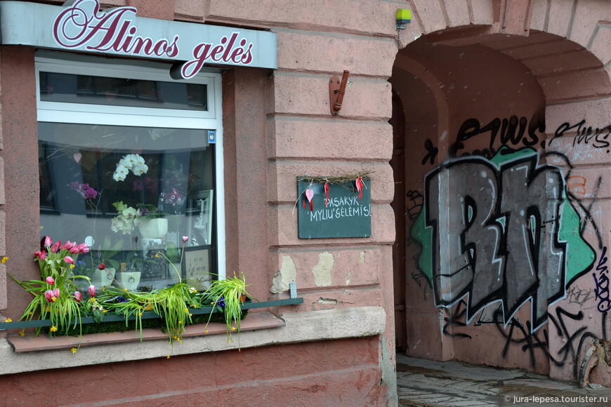 Граффити,или скорее их убогое подобие тут повсеместно.
