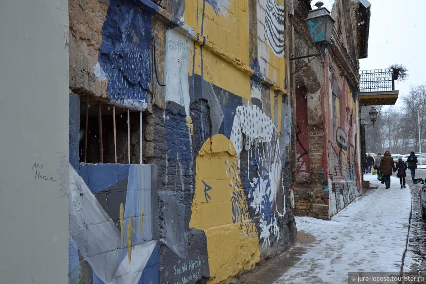 А это классическая сцена фасадов в районе Ужупис.Это район художников,целая самостоятельная Республика.