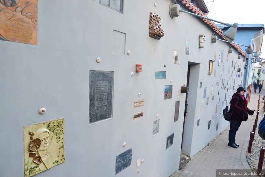 Если идти вдоль улицы Пилес (Pilies) слева можно увидеть вот такой оригинальный переулок.