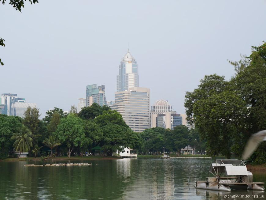 В парке Люмпини можно покататься по озёрам. В 6ч утра здесь массовая зарядка, а в 6 вечера массовый забег.