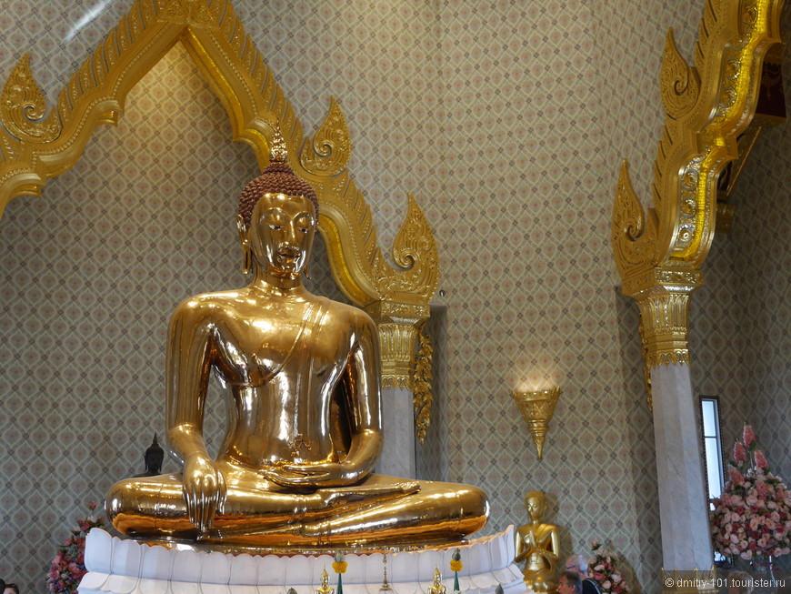 """Золотой Будда. У входа к Будде графическое изображение """"селфи запрещено"""". Вокруг будды множество китайцев делают селфи."""