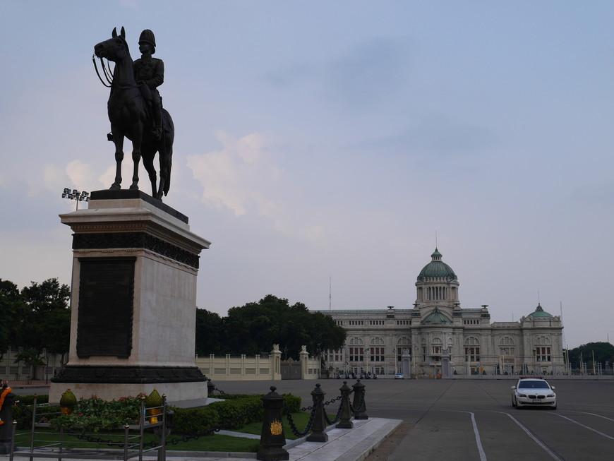 Дусит. Статуя Рамы V -го и тронный зал Ананта Саматхом. Не успел сделать и пары снимков, как подбежал таец в форме с автоматом и запретил снимать.