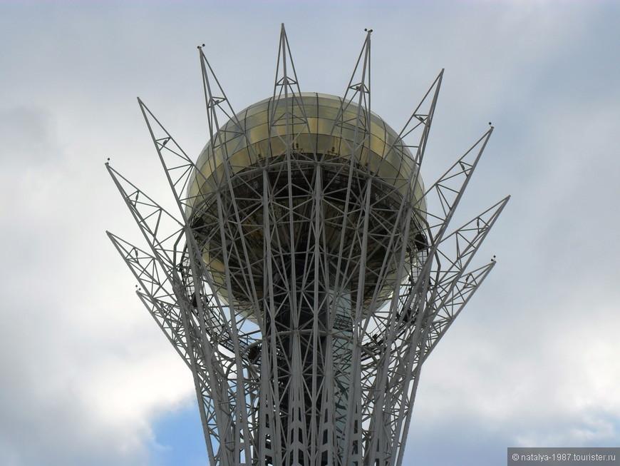 Главный символ Астаны – монумент «Байтерек». Внутрь подниматься не стали.
