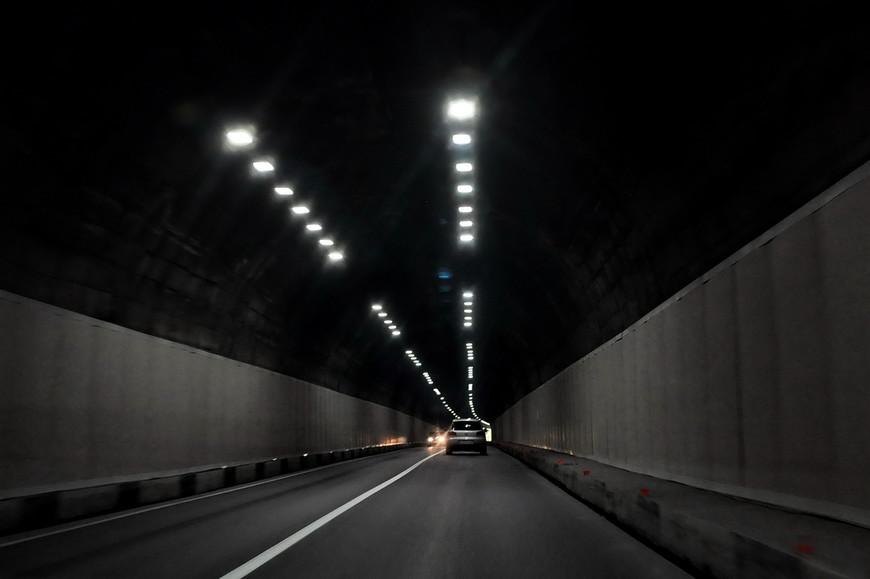 10. Очередной тоннель, все они освещены, на особо длинных работает система активной вентиляции.