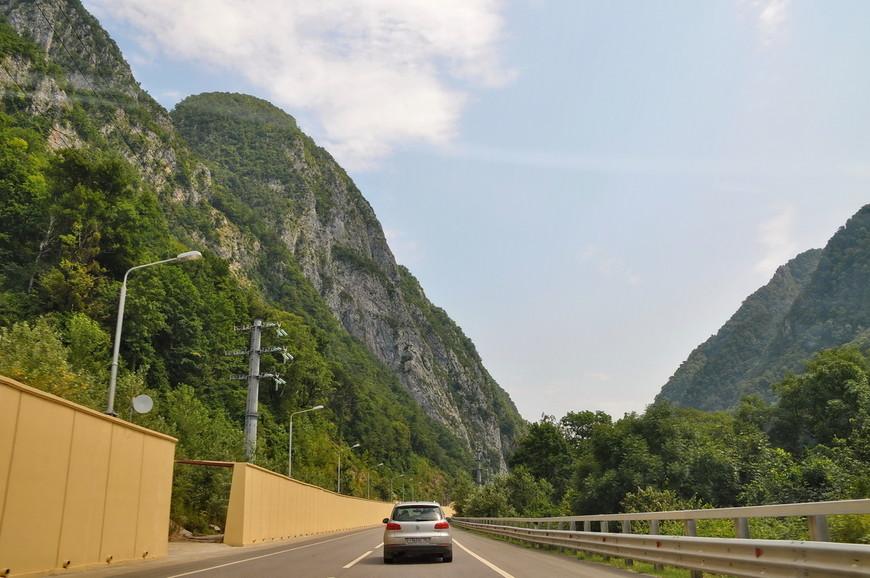 11. Иногда складывается такое чувство, что дорогу вырезали прямо сквозь горы.