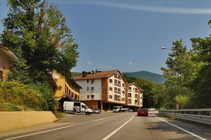 14. Повсюду одни гостевые дома и мини-гостиницы. Жить с видом на трассу, конечно, так себе альтернатива, но зато гостиницу сразу видно. Меньшее из зол…