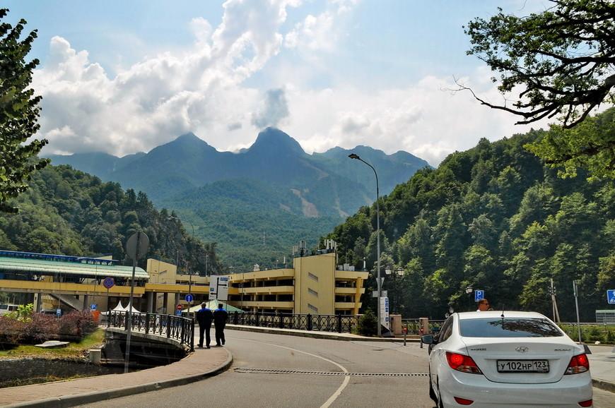21. Проезд в дополнительную горную олимпийскую деревню (да, есть и такая) был закрыт из-за посещения ее какими-то важными членами партии.