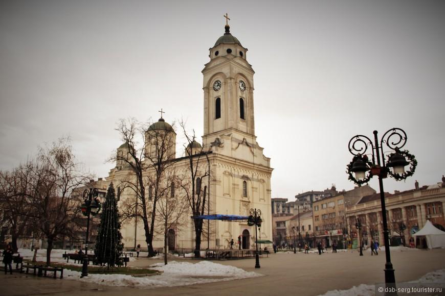 Самый большой Храм Смедерева, Церковь Святого Георгия, находится на главной площади города.