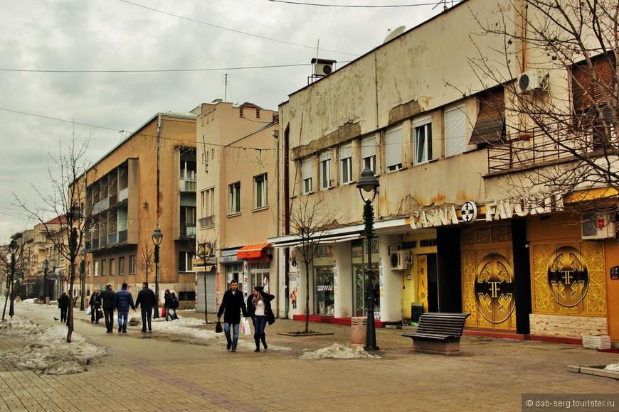 """Отобедать в городе было проблематично, в центре одни кофейни и непонятные забегаловки, возможно, чуть вдали от центра что то и есть, где поесть, но нам не попалось на глаза ничего достойного. Был один ресторан на пешачке, """"Замок"""", но цены там были чуть ли не выше Белградских, мы решили не терять там время. Для осмотра самого города достаточно часа три вместе с крепостью вполне."""