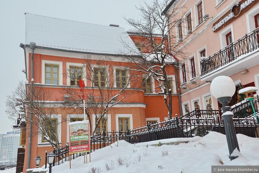 Лучшее место для покупки сувениров находится в Троицком предместье.