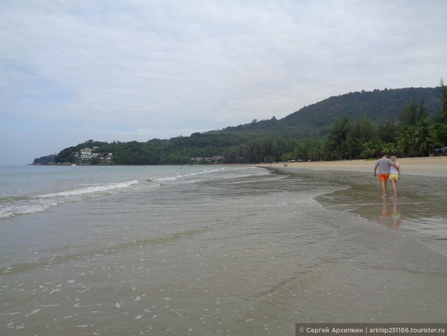 На севере за холмом пляжи Лаем Синг и Сурин