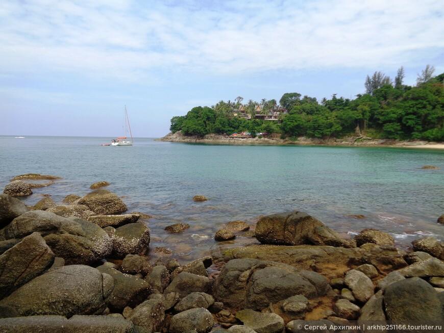 К территории пляжа примыкает только один отель