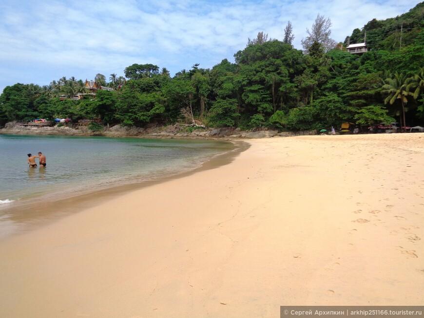 Есть большой участок пляжа где камней нет и можно спокойно купаться- дно песочек