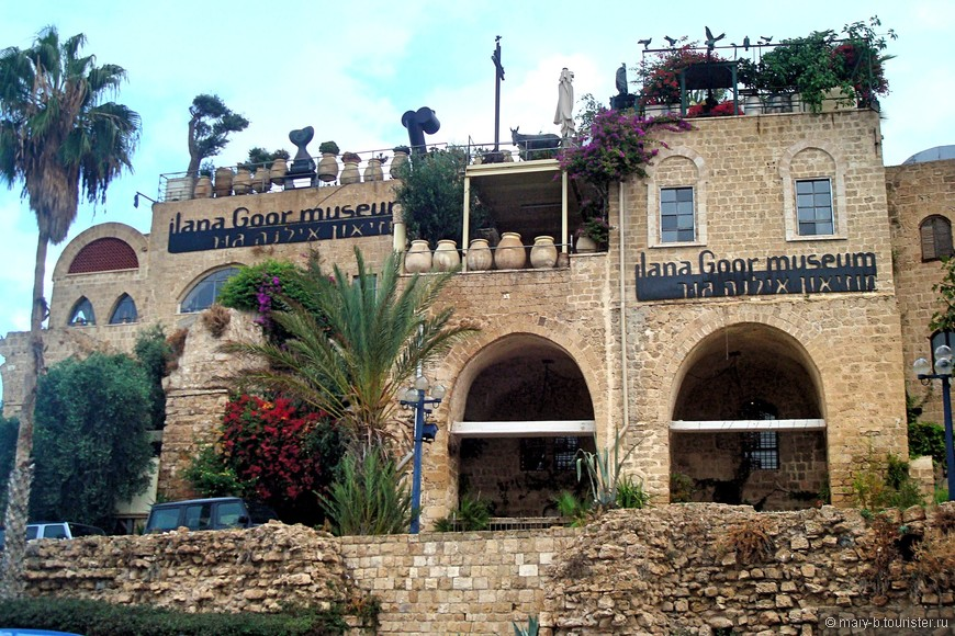А этот очаровательный домик - музей Иланы Гур, собрание современной скульптуры, живописи, керамики, фотографии