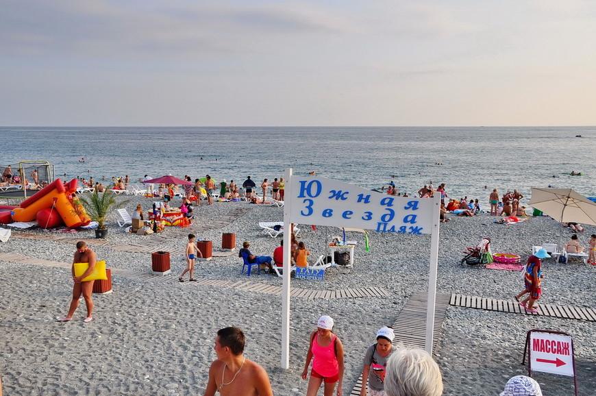 02. Разницы между этими «пляжами» я не увидел. Различаются только шезлонги и кафешки. А вся береговая линия открыта для бесплатного прохода и отдыха.