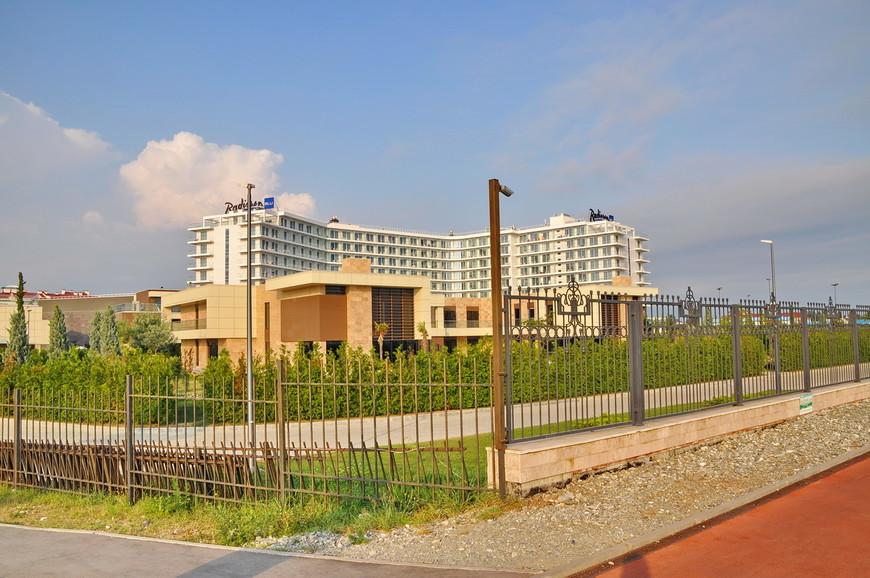 06. Отель Рэдиссон и комплекс апартаментов в непосредственной близости к морю.