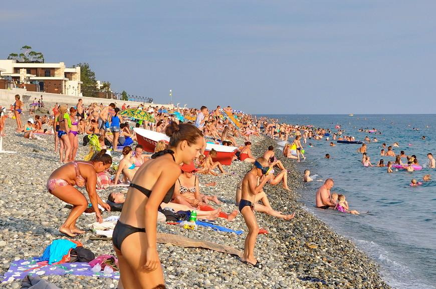 12. Людей на пляжах много, но так как они довольно протяженные, можно без труда найти свободные территории.
