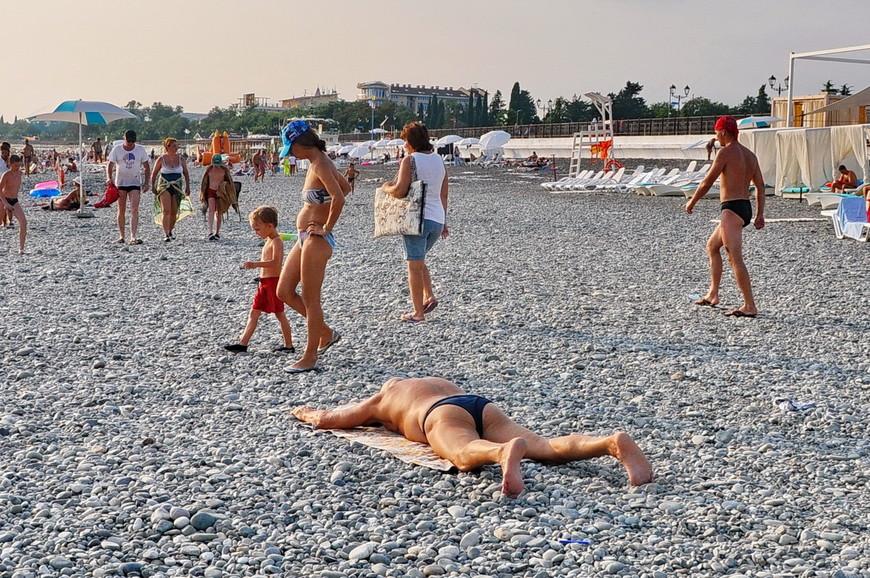14. Именно на этом пляже случилась самая ужасная «находка». Она, конечно, больше характеризует людей, нежели пляж и город в целом, но все же… Все побежали из воды, а сидячий рядом якут (я думаю, что якут – очень уж похож был) с невозмутимой интонацией задал только один вопрос: