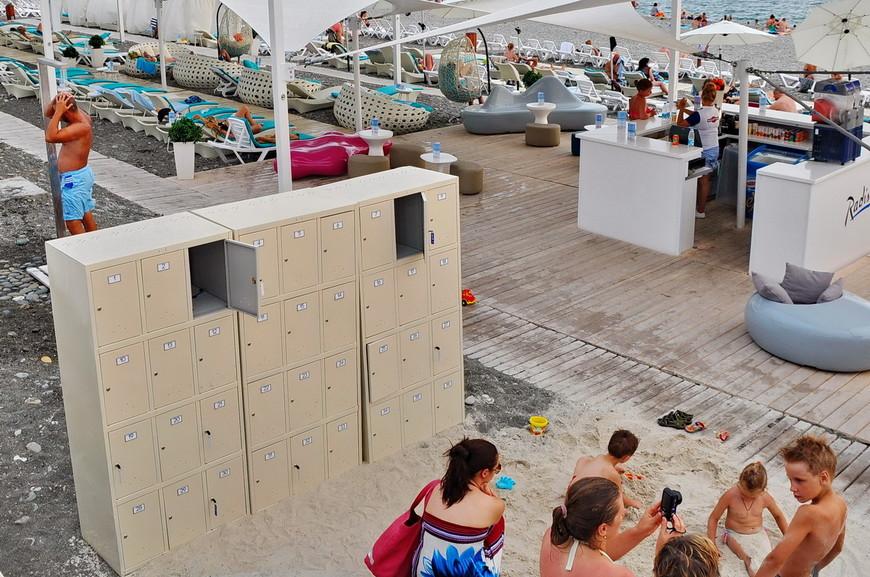 17. На пляже Рэдиссон увидел бесплатные (я проверил) ящики для хранения вещей, а также душ. В принципе, это лучший пляж во всей бухте.
