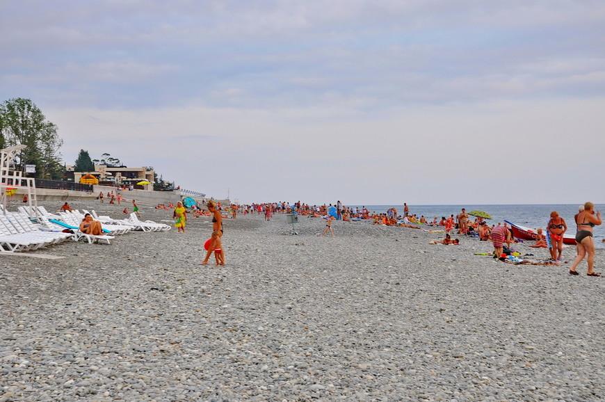 22. Цены на шезлонги начинаются от 100 рублей в час (те, что мне предлагали) и в каменистых условиях пляжей Сочи – это вполне неплохой вариант.