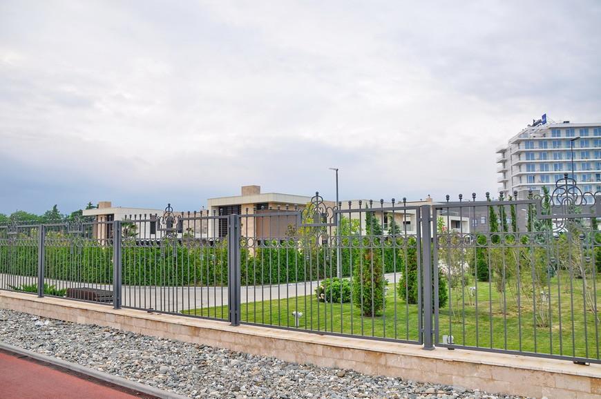 25. По старой русский традиции, все отели поставили высокий забор, дабы никто не посягнул на их… чтобы там не было ценного…