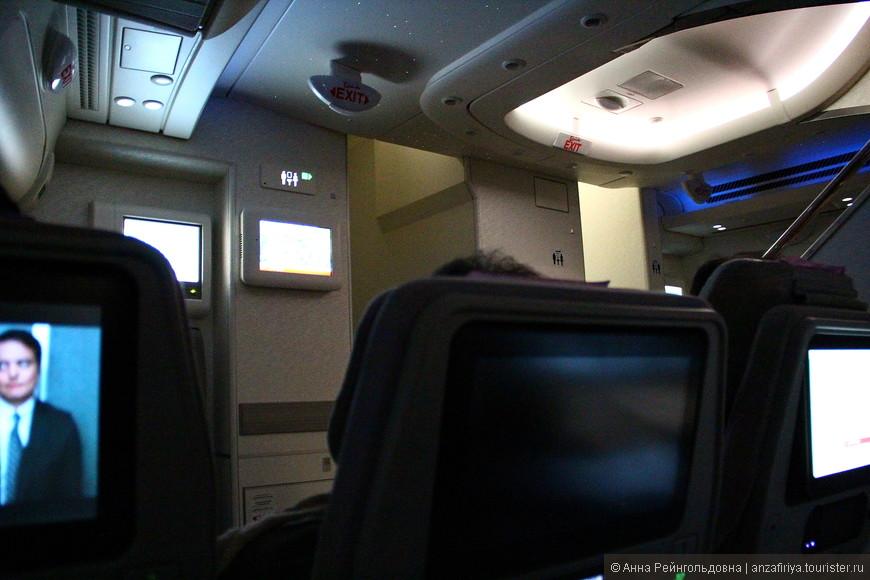 Летели хорошо: смотрели фильмы, слушали музыку, трапезничали. Около 4-х часов потусили в аэропорту Дубая и в 19:15 прибыли в аэропорт Суварнабхуми.