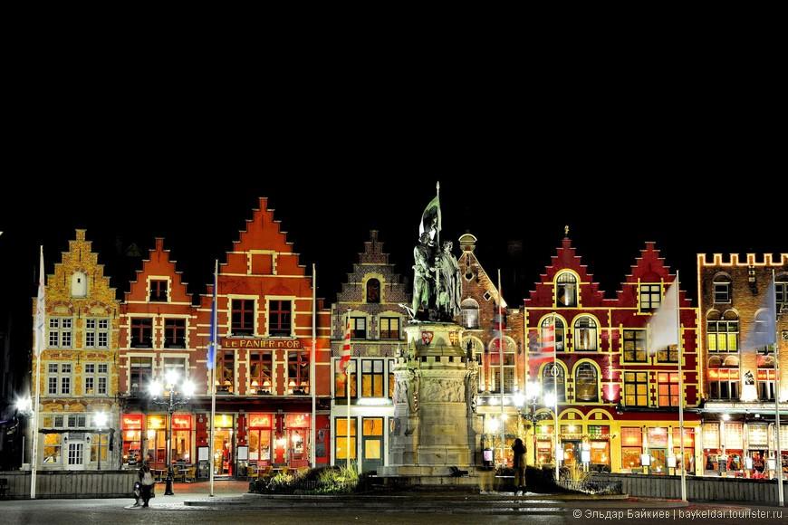 Центральная рыночная площадь Брюгге (Гроте Маркт, Markt), памятник Иоанну Брейделю и Петеру Конинку (Jan Breydel and Pieter de Coninck).