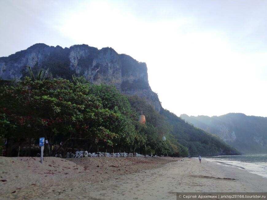 В 8 часов утра пляж пустынен
