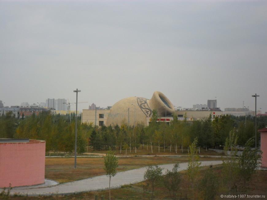Взгляд упал вот на такое здание в виде кувшина -  это ресторанный комплекс Astana Music Hall.