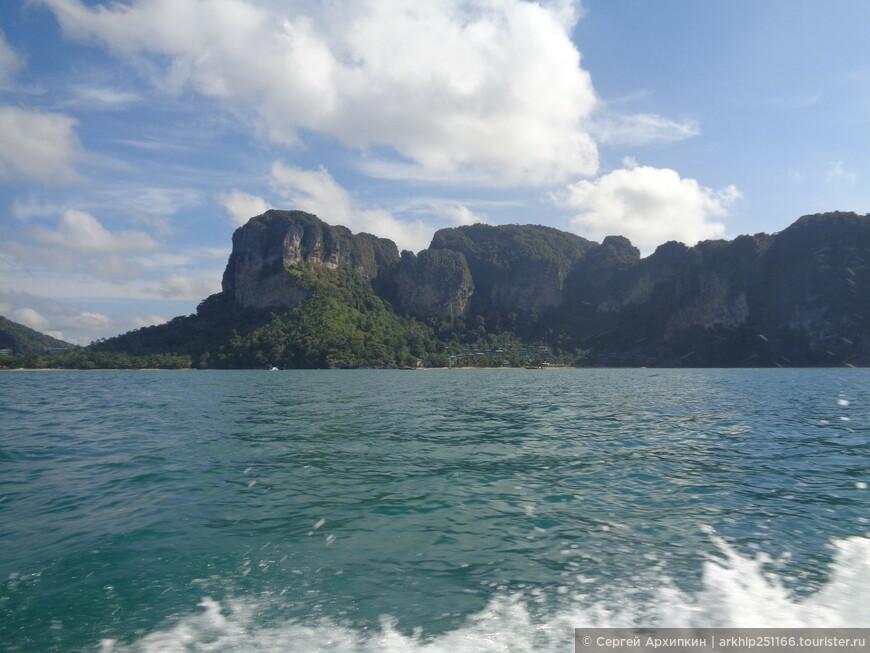 Лодка идет на юг вдоль берега - вот на фото пляж Ао Нанга - Pai Plong, о котором я уже рассказывал и который зажат между скал