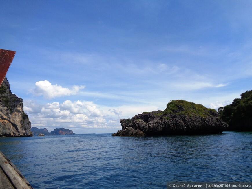 У острова Пода