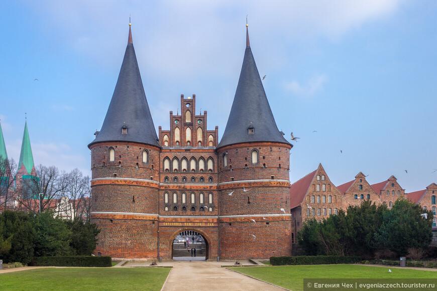 Голштинские ворота являются памятником северо-европейского архитектурного стиля «кирпичная готика»