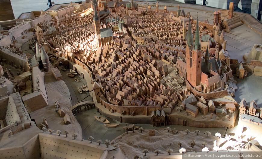 Макет старого города, слева знакомые башенки