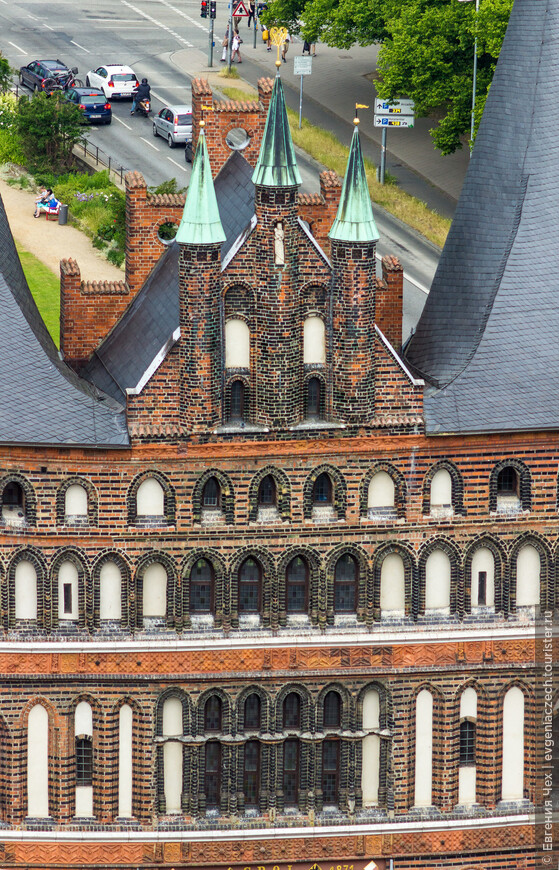 Со стороны города - скульптура заступницы - девы Марии. Главная церковь города также посвящена Марии.