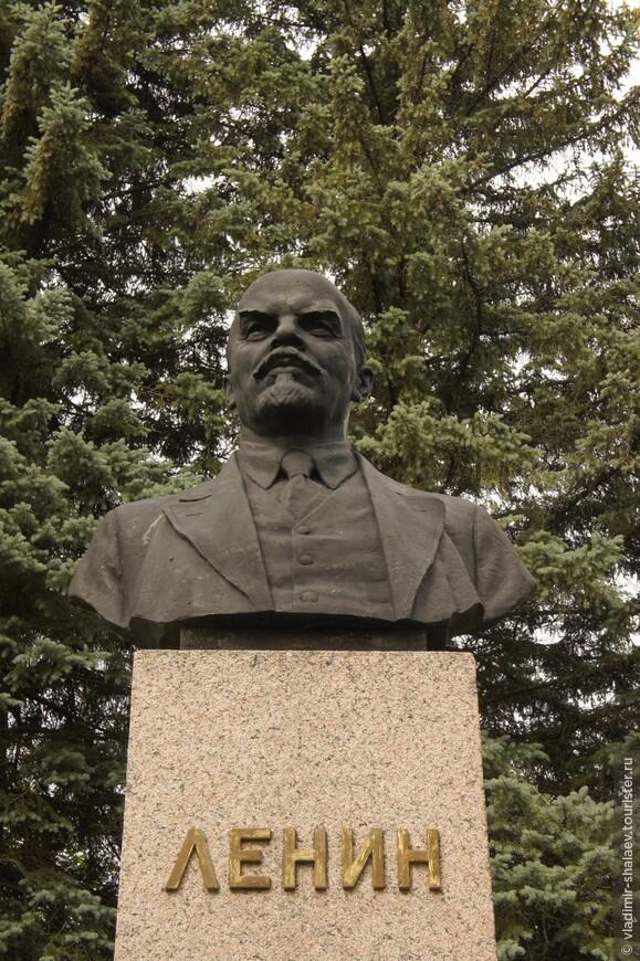 Как и во многих провинциальных городах России здесь стоит бюст Ленину.