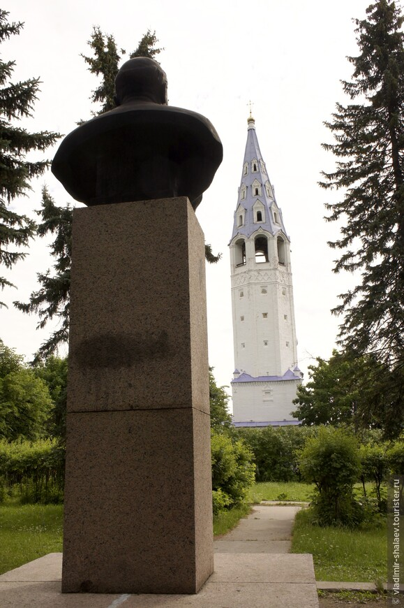 """Установлен он в парке возле Крестовоздвиженского храма и """"смотрит""""  на колокольню, что является предметом насмешек экскурсоводов и местных жителей."""