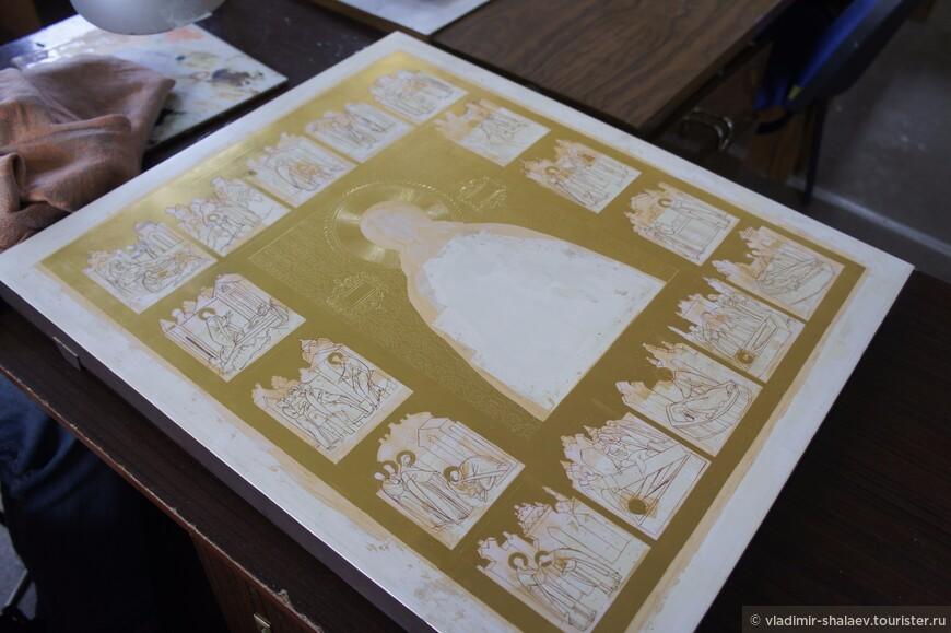 """Иконописный промысел начал развиваться в Палехе с XVII века. Точной даты историки искусства не называют, но стиль относят к традициям древнесуздальской школы. Один их самых ранних сохранившихся до наших дней образцов - икона """"Всех скорбящих радости"""" начала XVIII. Вершиной иконописания считается """"Акафист Спасителю"""" середины XVIII века, созданный мастерами Палеха. Обе иконы представлены в Государственном музее палехского искусства."""
