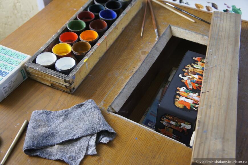 Палехская миниатюра — это роспись темперой на папье-маше. Обычно расписываются шкатулки, ларцы, кубышки, брошки, панно, пепельницы, заколки для галстука, игольницы и т. д. Работы обычно выполняются на чёрном фоне и расписываются золотом.