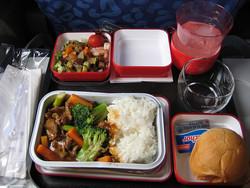 Российские авиакомпании кормят пассажиров просроченной едой