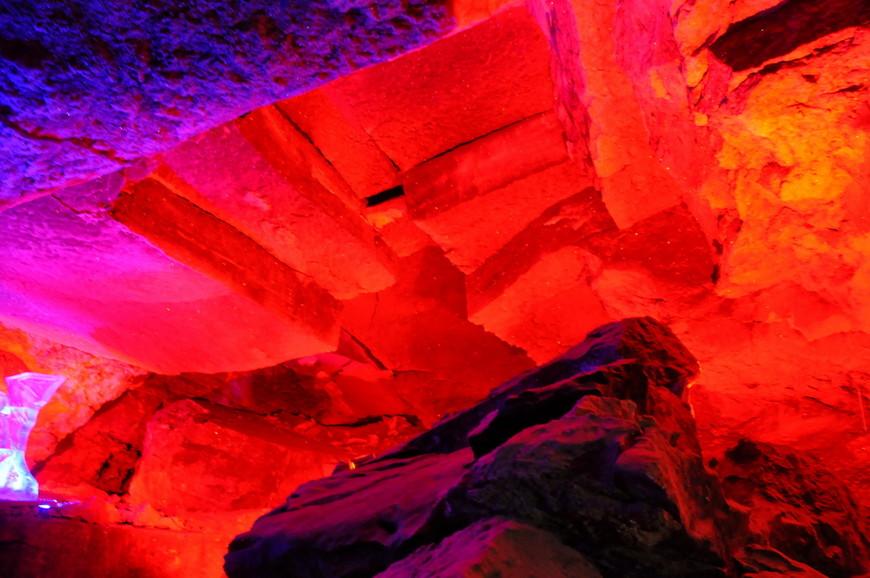 13. Пещера содержит 58 гротов, 70 озёр, 146 «органных труб». Только и успевай крутить головой.
