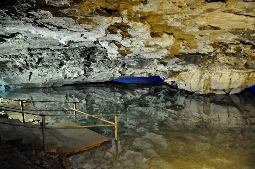 29. А теперь самое красивое в пещере – озера! Идеальная гладь воды, во многих озерах абсолютно отсутствуют какие-либо колебания. Видите отражение? Экскурсовод просит угадать глубину воды, в некоторых местах она достигает 4-х метров!