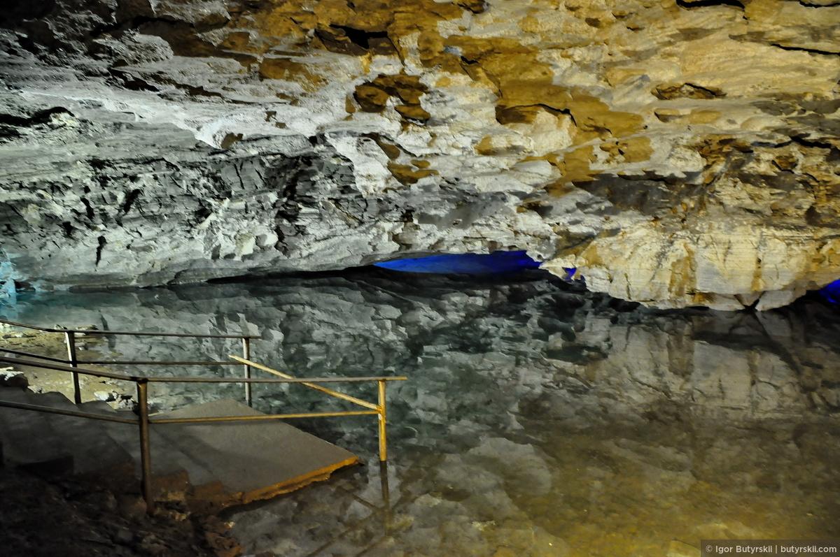 29. А теперь самое красивое в пещере – озера! Идеальная гладь воды, во многих озерах абсолютно отсутствуют какие-либо колебания. Видите отражение? Экскурсовод просит угадать глубину воды, в некоторых местах она достигает 4-х метров!, Кунгур — Ледяные пещеры