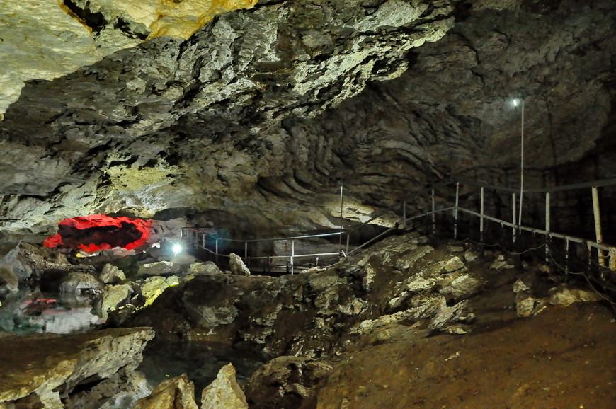35. С точки зрения туристической составляющей тут все отлично организованно. Вы можете взять на прокат теплую одежду (100 рублей), внутри есть мостики с поручнями, грамотные экскурсоводы расскажут в подробностях про пещеру в общем и каждый грот в частности.