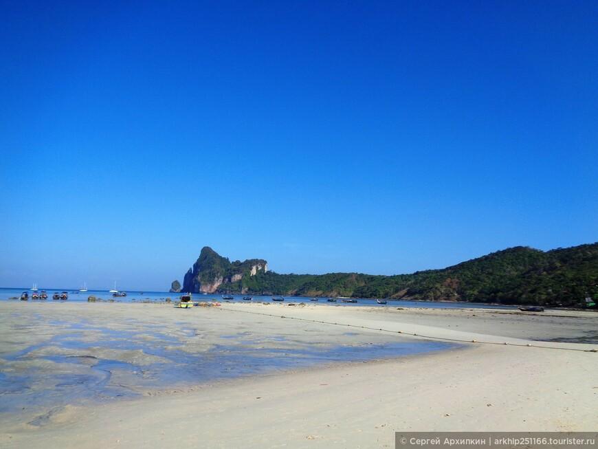 Пляж Loh Dalum Bay - постепенно вода начнет прибывать и к обеду здесь можно будет купаться , хотя все равно мелковато и лучше идти на другие пляжи, тем более что они в шаговой доступности