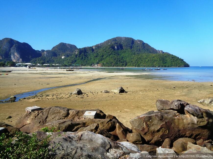 Вид на пляж -Loh Dalum Bay - рано утром