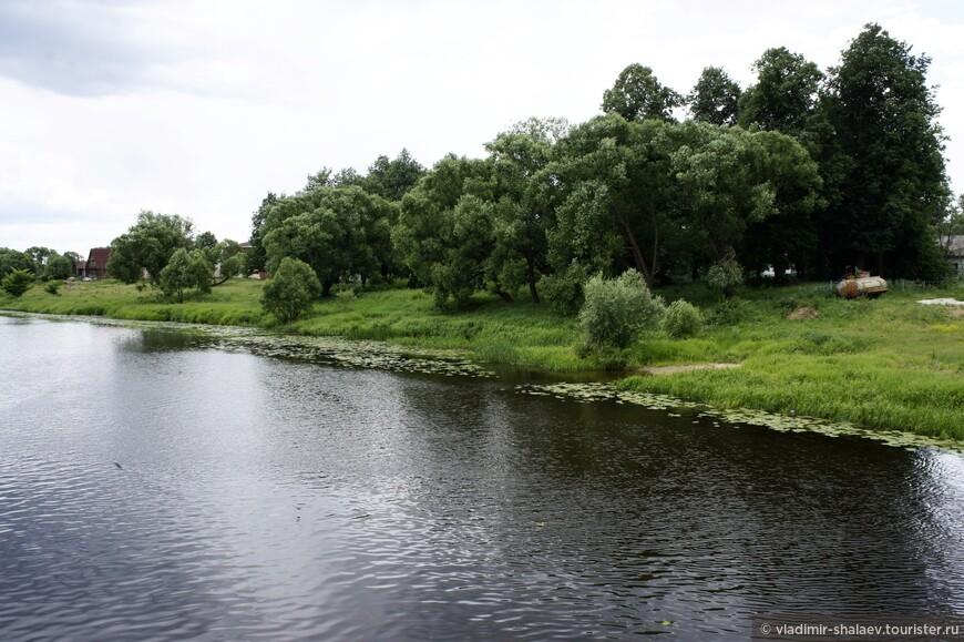 Река Теза, на берегах которой стоит это небольшое село, является левым притоком Клязьмы. В древности эта река имела большое транспортное значение, по Тезе шли торговые пути шуйских купцов. Более известный город Шуя тоже стоит на реке Теза. Интересно, что река хоть и не широкая, но она судоходна и даже зарегулирована ещё в начале XIX в. пятью плотинами со шлюзами в интересах шуйских купцов. Раньше шлюзы были деревянные, сейчас современные, железобетонные. Один из таких шлюзов находится чуть севернее Холуя.