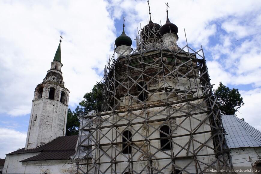 А это церковь Троицы Живоначальной. Церковь Троицы построена в 1748 - 50 гг. вместо прежней деревянной на средства прихожан и пожертвования астраханского епископа Мефодия, уроженца Холуя.