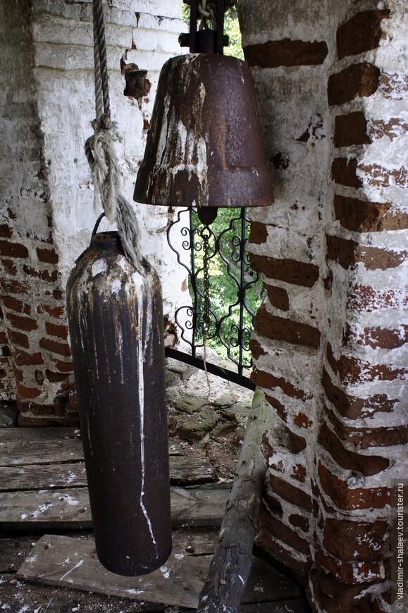 Набат и колокол на колокольне Троицкой церкви.
